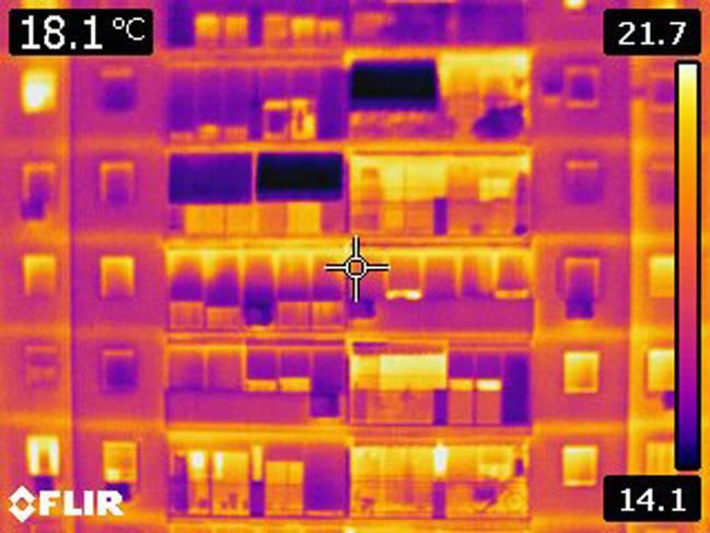 Termografía de un edificio donde se observan las líneas horizontales que forman los puentes térmicos que ocasionan los forjados.