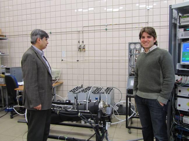 Los investigadores Felipe Rosa (izquierda) y Luis Valverde (derecha), en el laboratorio. Imagen: Fundación Descubre