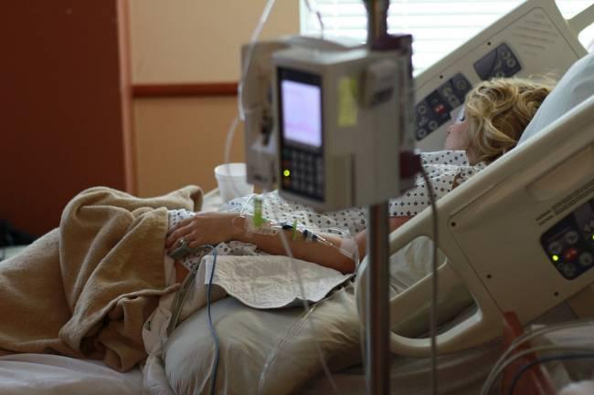 mujer en una camilla de hospital