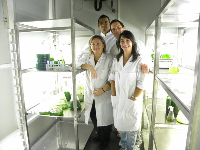La profesora de la Universidad de Huelva Inés Garbayo (izqda.) junto al equipo de investigadores que ha realizado el estudio