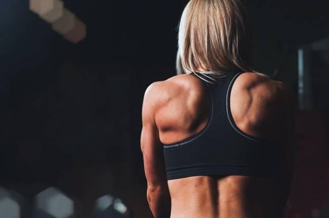 mujer deportista en el gimnasio