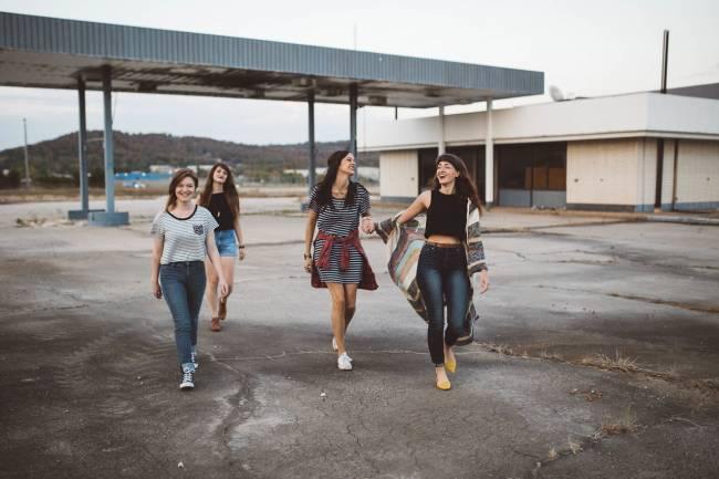 cuatro adolescentes riendo