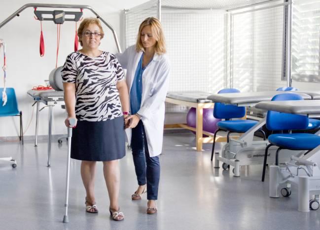 La investigadora prueba el bastón de antebrazo inteligente en la Facultad de Enfermería, Fisioterapia y Podología de la US.
