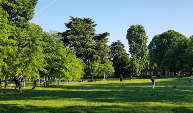 Fotografía de un amplio parque en Milán