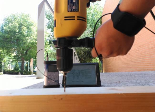 El potencial de un reloj inteligente para evaluar la vibración mano-brazo se evaluó en el laboratorio comparando un dispositivo de reloj inteligente con un vibrómetro de referencia.