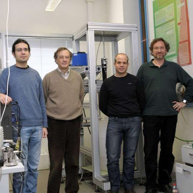 Investigadores de la UB junto al dispositivo utilizado en el estudio.