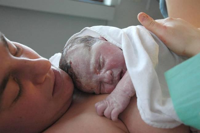 Una madre con su hijo recién nacido (WIKIPEDIA).