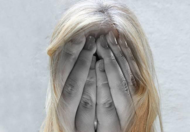 Las personas que experimentan psicosis pueden presentar alucinaciones o delirios, y exhibir cambios en su personalidad y pensamiento desorganizado.
