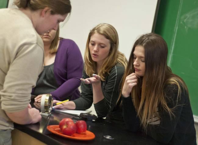 Un grupo de estudiantes discute sobre si un plato antiguo contaminado por radioactividad es realmente radioactivo. / Andy Johnson