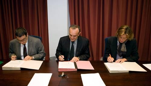 Momento de la firma del convenio de colaboración entre las tres entidades