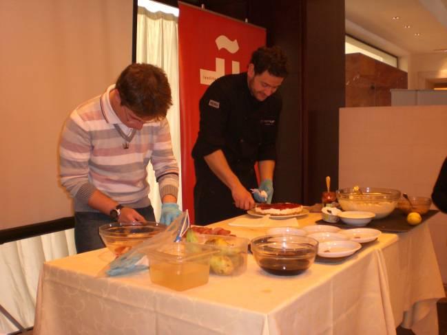 El cocinero Sergio Pérez con un participante del taller
