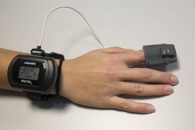 Pulsioxímetro portátil para medir la frecuencia cardíaca y la saturación de oxígeno durante el sueño.