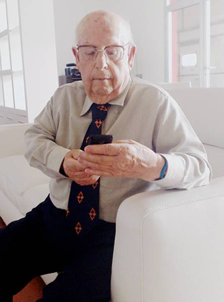 Un usuario testea el servicio en el Living Lab de ITACA en Valencia.