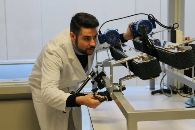 Técnico de AINIA junto con el sistema de visión penetrante NIR