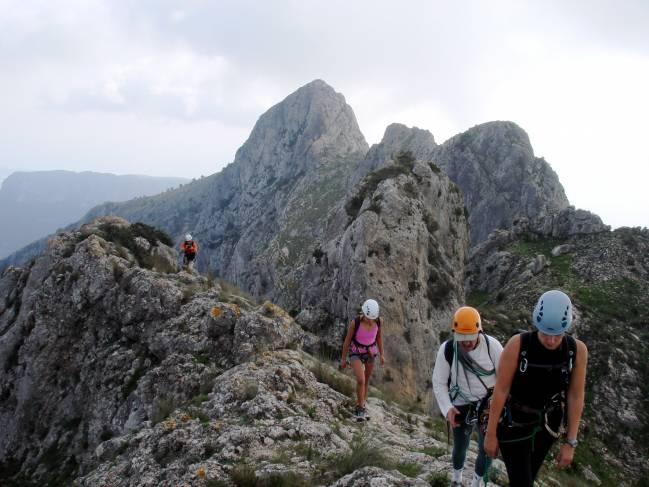 grupo de personas en una montaña