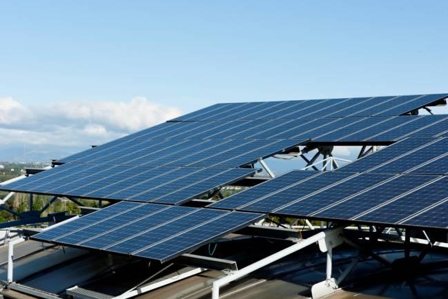 Sistema fotovoltaico conectado a la red instalado en la terraza del IES-UPM.