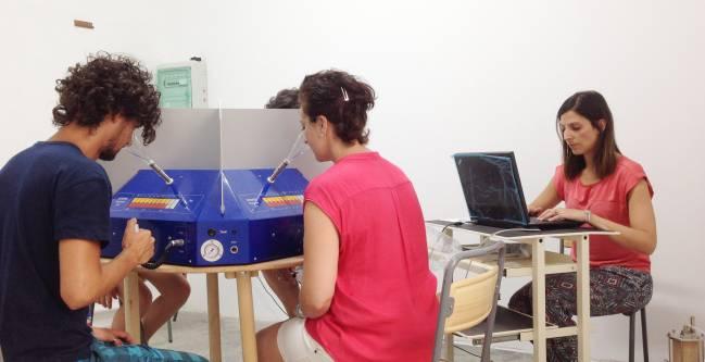 Los panelistas van 'catando' el olor hasta determinar su concentración / Fundación Descubre