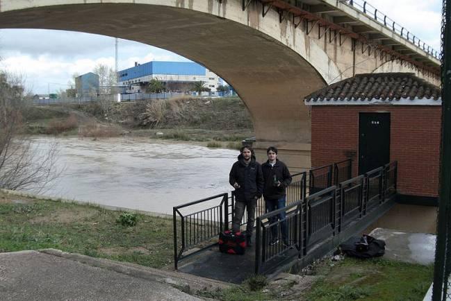 Los investigadores Patricio Bohórquez y José David del Moral, en una de sus salidas de campo en el cauce del río.
