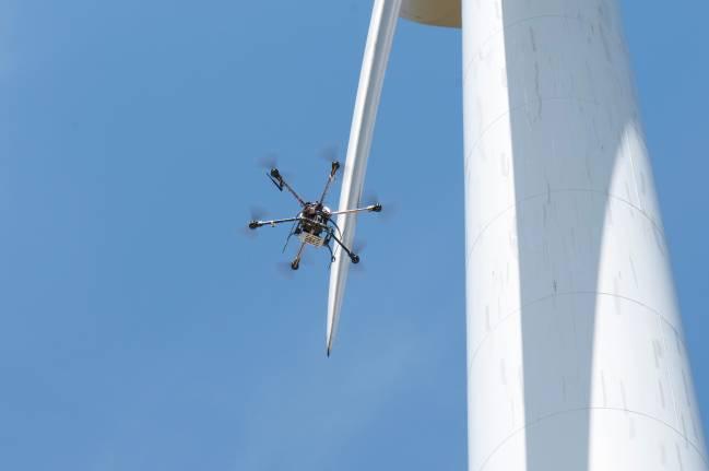 La adaptación del 'aracnocóptero' de la empresa Arbórea a las necesidades del sector eólico permite ahorrar costes en la revisión de los molinos