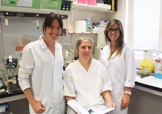 La investigadora Katrin Beyer junto a dos de las participantes en el estudio. / UAB