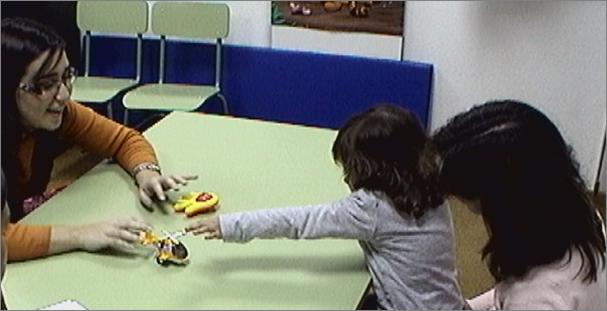 Imagen de un vídeo sobre pruebas que se realizan a niños con autismo