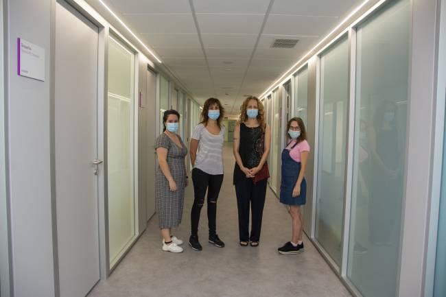 Las cuatro investigadoras posan en un pasillo del Centro Nacional de Microbiología
