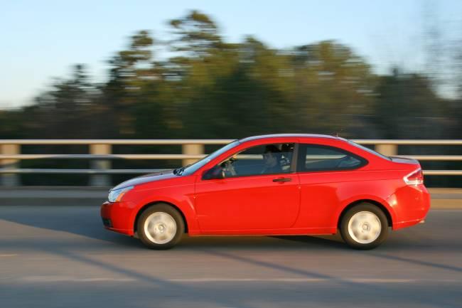 Un coche rojo circula por la carretera (FOTO: WIKIMEDIA).