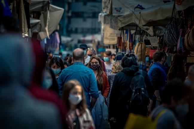 Gente en un mercado local durante la pandemia de la covid-19