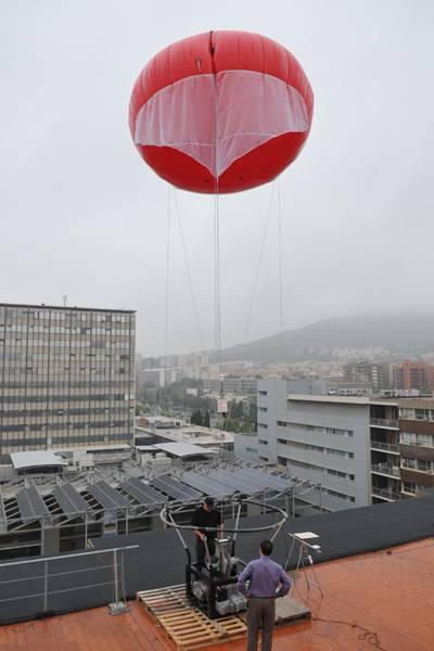 Momento de una prueba de vuelo realizada desde el terrado de la Facultad de Física de la Universidad de Barcelona.