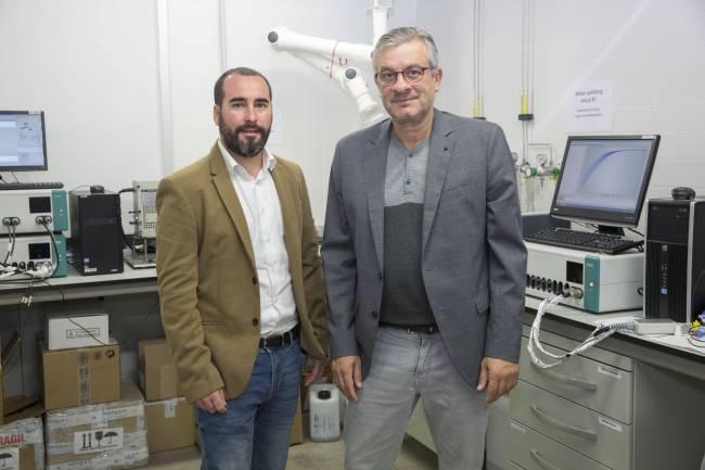 Los investigadore Antonio Guerrero y Juan Bisquert, del INAM de la UJI.