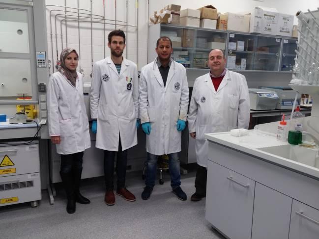 investigadores de esta investigación en su laboratorio