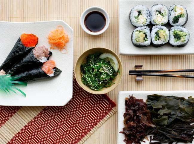 Comida asiática elaborada con diferentes tipos de algas comestibles.