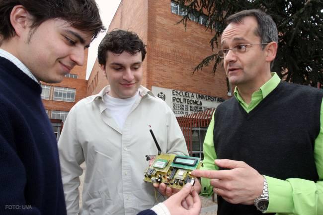 Los dos estudiantes junto al tutor del proyecto muestran el dispositivo de localización de accidentes