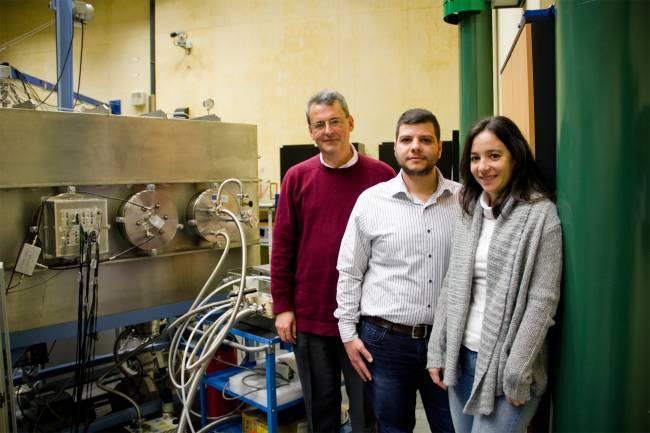 Ziad Abou Haidar, Begoña Fernández y Joaquín Gómez Camacho, investigadores del proyecto DITANET, junto a la cámara de trazado del CNA.
