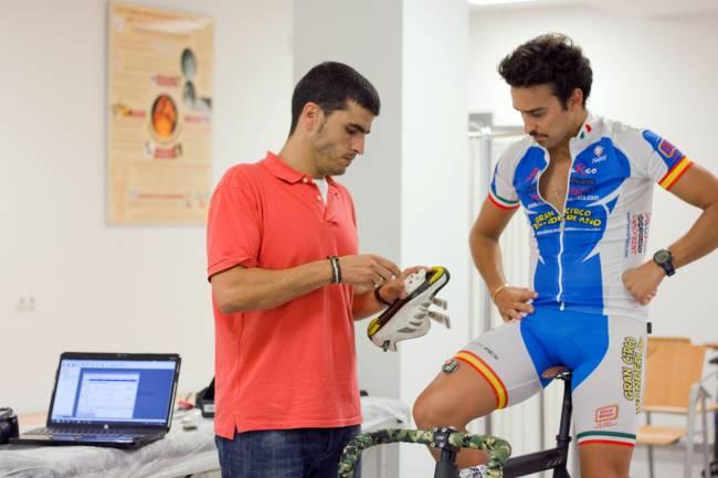 Javier Ortega, investigador del Departamento de Podología de la Universidad de Sevilla, probando el nuevo sistema de calas para ciclistas en su laboratorio.
