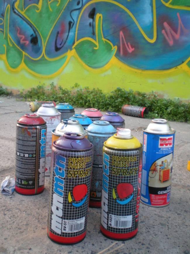 Botes de pintura. Imagen: Saifanu