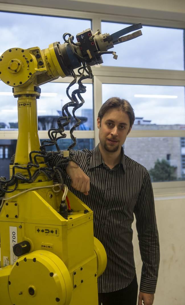 El investigador de la UPV/EHU Mikel Diez ha partido del movimiento de los robots para estudiar la dinámica de las proteínas
