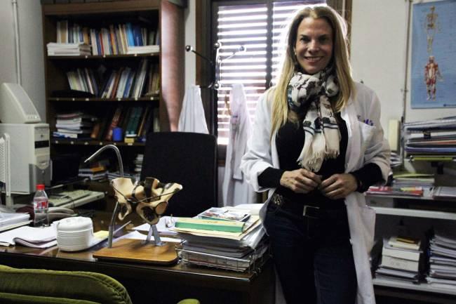 Mª José Aguilar Cordero, catedrática del departamento de Enfermería de la Universidad de Granada, en su despacho.