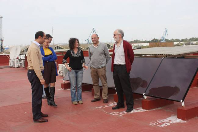 Investigadores del Departamento de Tecnología Electrónica de la Universidad de Sevilla junto a la placa solar en la terraza de la Escuela Técnica Superior de Ingeniería Informática / Fundación Descubre