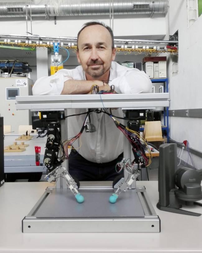 El investigador Jesús Manuel Gómez de Gabriel, de la Universidad de Málaga, junto al simulador  / Fundación Descubre
