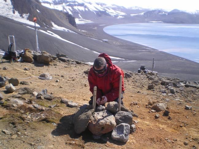Experto desplegando el sistema multiparamétrico de vigilancia volcánica en la isla Decepción
