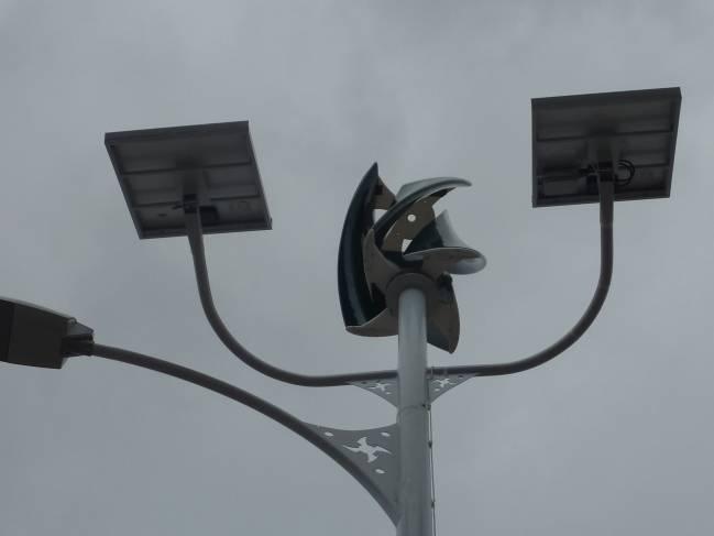 Prototipo de farolas que funcionan con energía solar y eólica.
