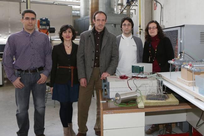 De izquierda a derecha, los investigadores Antonio Rodríguez, Gurutze Pérez Artieda, David Astrain, Alvaro Martínez y Patricia Aranguren en el laboratorio. / UPNA