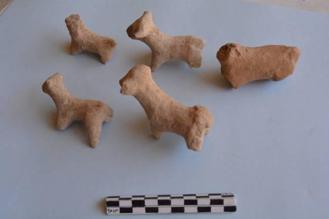Conjunto de figuritas de arcilla con forma de bóvidos encontrado en una de las excavaciones. Autor: UAB
