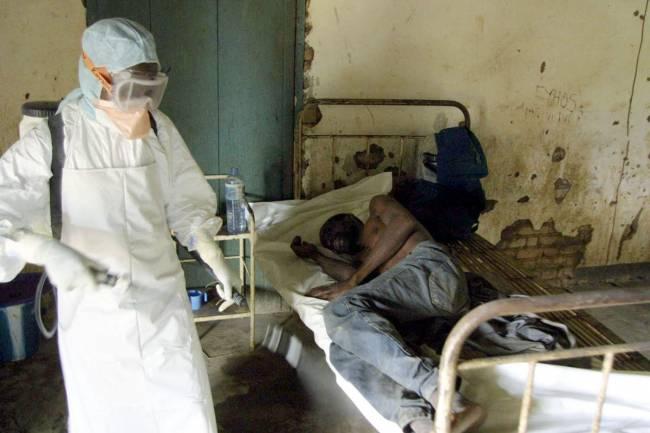 Un técnico de la Cruz Roja desinfecta una habitación del Kelle hospital en el Congo ante un enfermo de ébola en 2003. / Efe