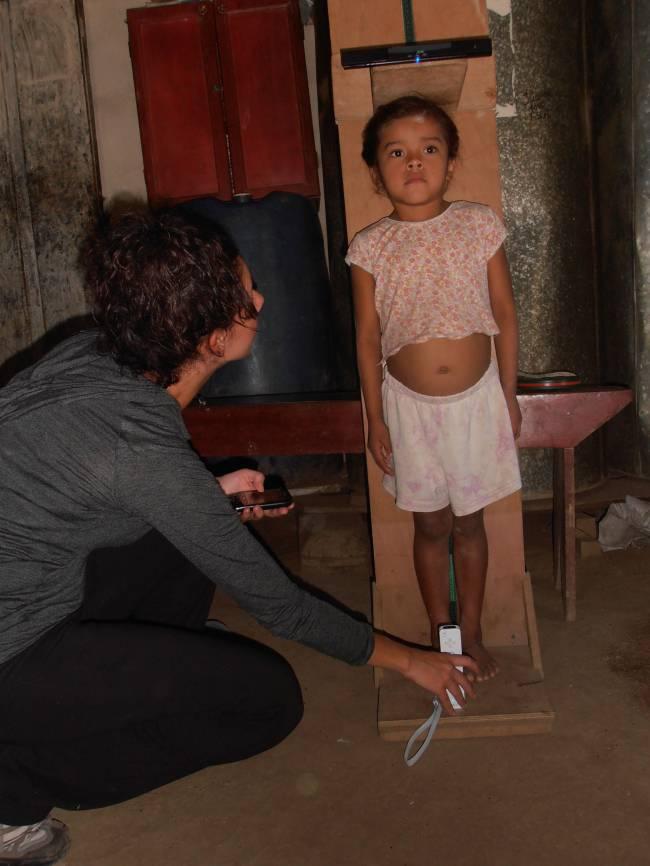 Miden a una niña con el sistema NutrInfo. Foto:  Sury Bravo.