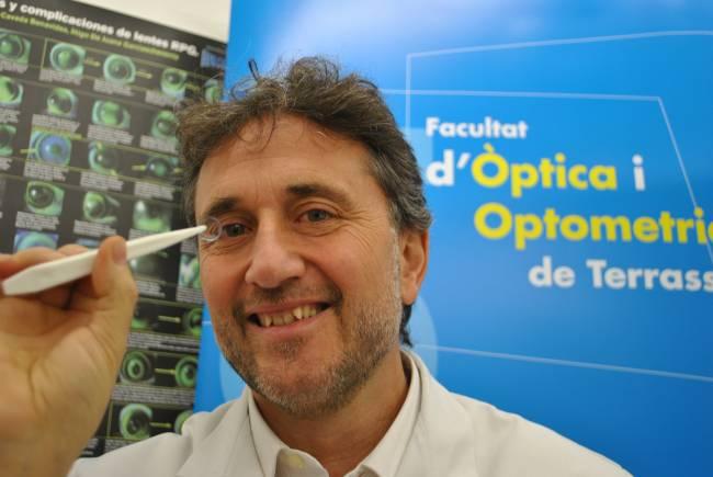 El doctor en Optometría y Ciencias de la Visión Jaume Pauné, con la lente de contacto que frena la progresión de la miopía.