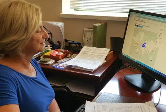 La investigadora responsable del estudio, Carmen Galán, frente a un ordenador con la aplicación