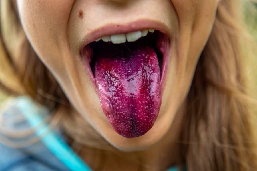 chica con la lengua fuera
