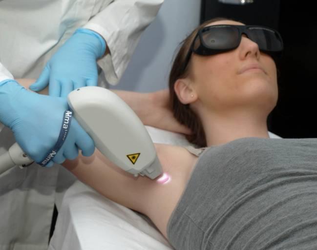 Una paciente sometiéndose a un tratamiento de fotodepilación (UGRdivulga)
